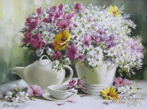 Белая ваза и ромашки
