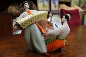Танцующая пара с бубном