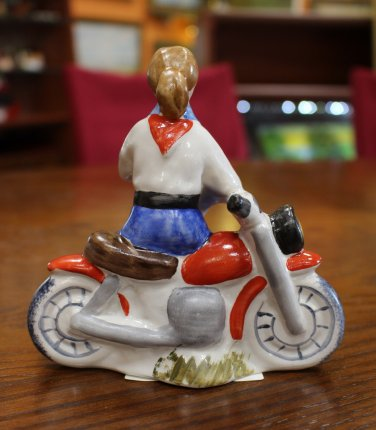Пионерка на мотоцикле